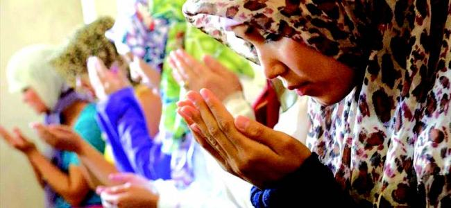 Muslim women seek to enter mosques to offer prayers