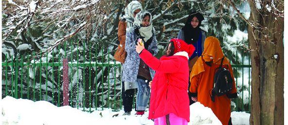 Kashmir witnesses moderate snowfall