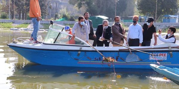 Justice Magrey launches Cleanliness drive in Dal Lake