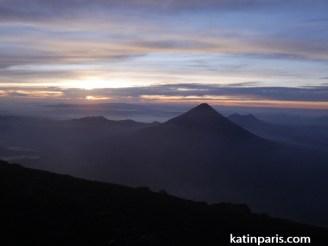 Wschód słońca z wulkanu Acatenango.