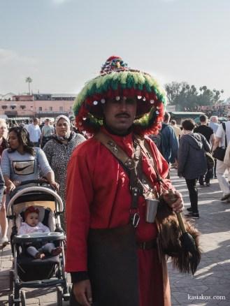 Uliczny sprzedawca wody w tradycyjnym stroju. Swoje nadejście obwieszcza bębenkiem. Nadal sprzedaje wodę, lub pozuje do zdjęć za drobną opłatą.