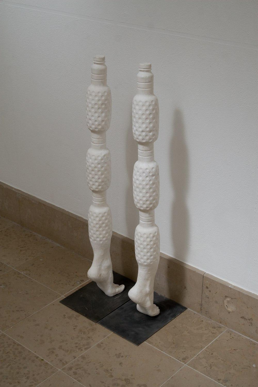 Mis sur pied – 2009, résine, gel coat, 20 cm x 30 cm x 51 – 96 cm (selon hauteur)