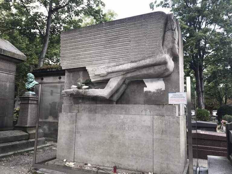 fallen angel shaped tomb of Oscar Wilde