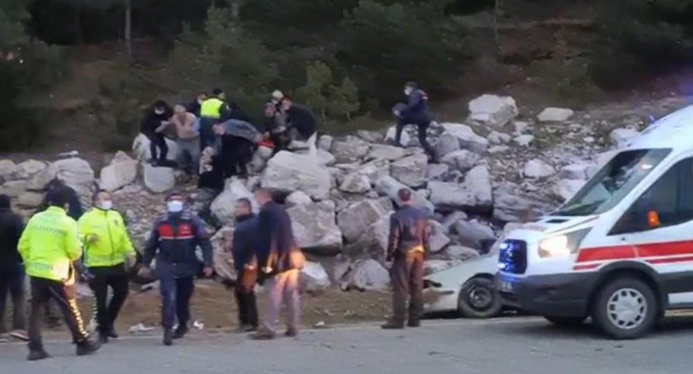 Yoldan çıkan otomobil kayalıklara çarptı: 1 ölü, 1 yaralı
