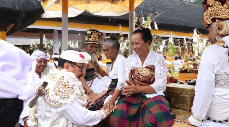 Ngayah Masolah Topeng Sidakarya, Wagub Tjok Ace Ajak Generasi Muda Lestari Budaya Bali