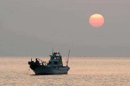 釣り船と朝日