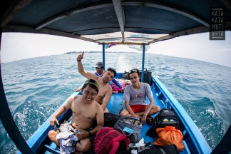 Di dlm kapal menuju spot snorkeling