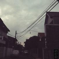 Lampu jalanan yang belum seluruhnya padam