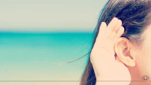 耳をすましている女性の画像
