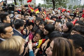 Chancellor Merkel and Chinese PM Li Keqiang are being welcomed by students at Hefei University, China.