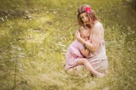Sesja mamy karmiącej z dzieckiem przy piersi w Krakowie.młoda matka karmiąca piersią. Sesja plenerowa fotografii rodzinnej w Krakowie, Prądnik Czerwony. Karmienie piersią sesja