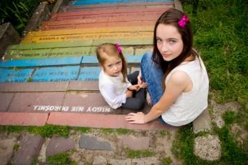 Dwie siostry siedza na kolorowy Sesja dziecięca Kraków