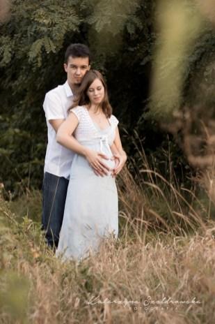 Kobieta w ciązy z mężem pozuje do fotografi ciążowej w Krakowie. Fotograf dziecięcy Nowa Huta.Maternity photography Cracow