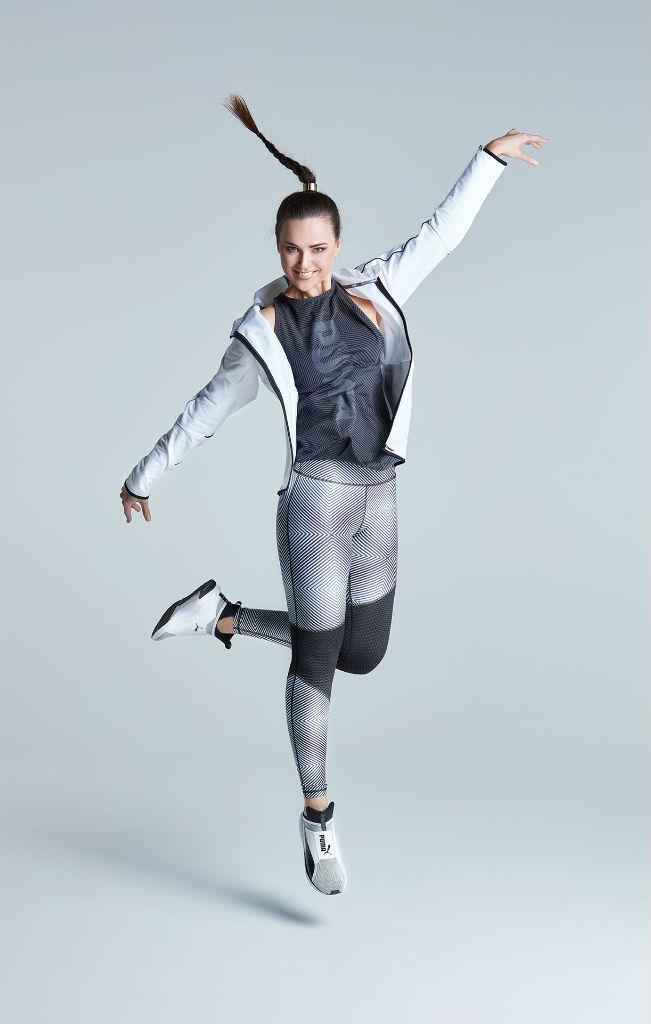 Hüpfende Katharina im Sportoutfit von Puma