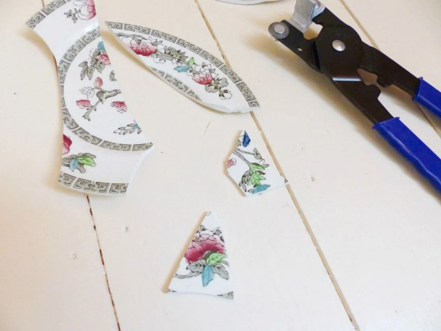 DIY Tutorial: An upcycled ceramic plate pendant necklace