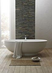 Baignoire avec mur en brique ambiance zen