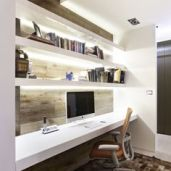 bureau design bois incrusté au mur