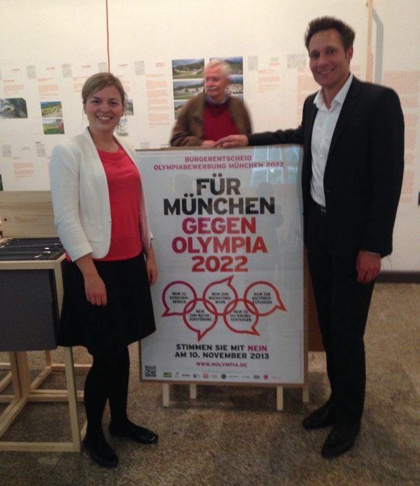 Katharina Schulze und Ludwig Hartmann präsentieren das Plakat zum Nolympia-Bürgerentscheid