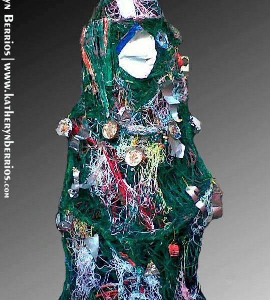 Árbol elaborado de residuos de caña de azúcar (vagásos) pintados, mezcla con residuos de cables, ligas de colores, base en botellas de plástico, decoración, latas de cervezas, etc, residuos de tajador , de papel, plástico . empaques de galletas, latas(aluminio), etc, utilizados dejando fluir mi creatividad