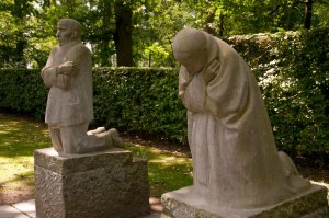 Treurend ouderpaar van Käthe Kollwitz, Duits soldatenkerkhof Vladslo