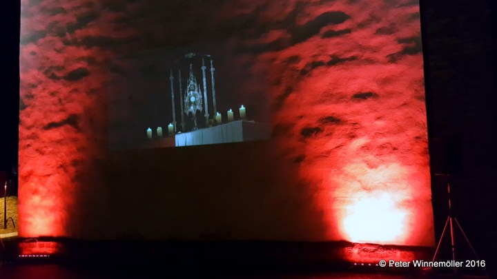Video über Nightfever am Turm der Kirche