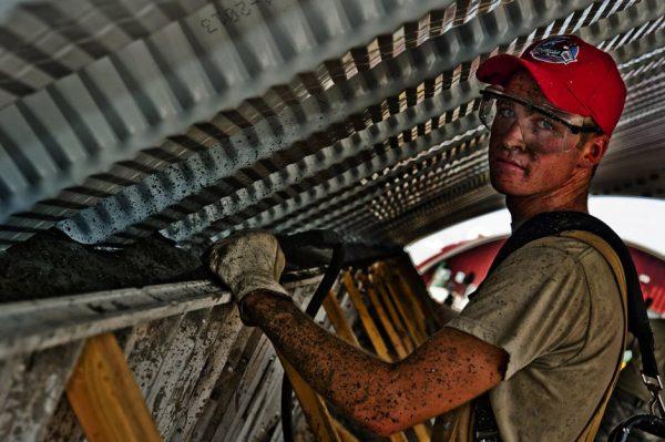 pekerja menggunakan sarung tangan safety