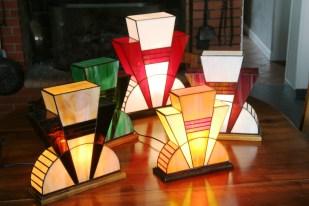 Ensemble de Lampes Art Déco en vitrail Tiffany. Verres opalescents multicolores. Socle en noyer massif teinté wengé ou teinté noyer. Finition patine antiquaire