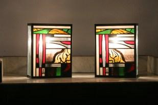 Ensemble de 2 Appliques contemporaines Newold-two en vitrail Tiffany. Innovant et original : alliance de l'ancien et de l'actuel et à l'image de la lampe Newold-one avec laquelle elles forment un ensemble très moderne, ces 2 appliques sont constituées de verres opalescents blanc, rouge, noir et transparent strié très contemporains et de verres issus de vitraux datant de 1843 d'une ancienne abbaye. Structure acier de couleur rouille foncée.