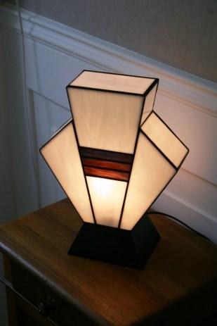 """Lampe Art Déco en vitrail Tiffany """"Simplissime"""". Verres opalescents blanc et violet strié de vert. Socle en bois vernis noir. Largeur 17 cm, Epaisseur 17 cm, Hauteur 36 cm"""