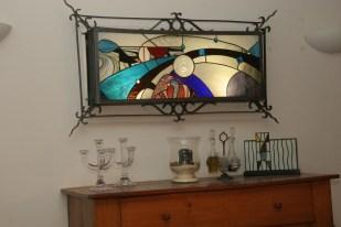 The Watcher : représentation stylisée d'une pupille. Panneau de vitrail Tiffany inséré dans une structure acier. Rétro-éclairage tubes fluo