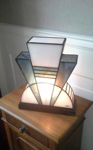 Lampe Art Déco en vitrail Tiffany. Verres opalescent blanc et bleu glacier. Socle en noyer massif teinté noir Napoléon. L27*l12*H28