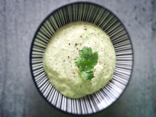 Humus aus grünen Sojabohnen mit heller Misopaste gewürzt.