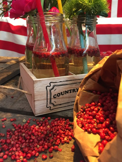 Roter Pfeffer als Dekoration, im Drink und im Fruchtsaft.