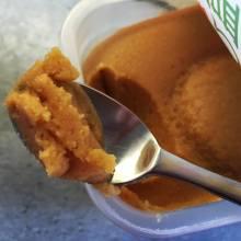 Ein Löffel cremig feine helle Miso-Paste.