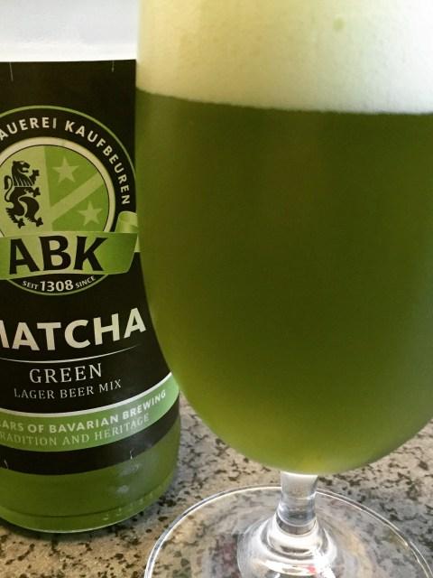 Eine Flasche Matcha Green Lager Beer Mix von der Aktienbrauerei Kaufbeuren.