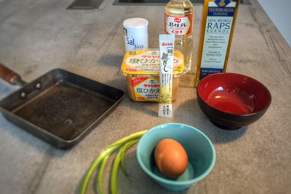 Die Zutaten für meine österreichisch-japanischen Tamago-Fritatten: ein Ei, Frühlingszwiebeln, Mirin, Salz und Öl für die eckige Pfanne.