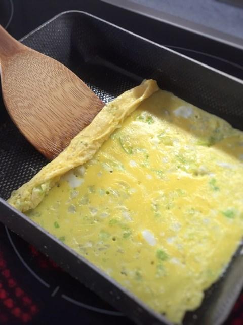 Das japanische Omelette Tamago wird schichtweise in einer eckigen Pfanne hergestellt und die einzelnen Schichten aufgerollt.