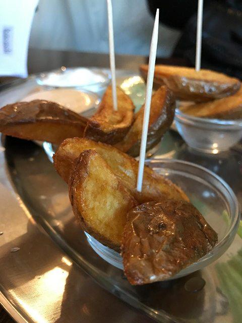 Frische, knusprige Kartoffel-Wedges mit selbstgemachten Soßen in der Burgerie.