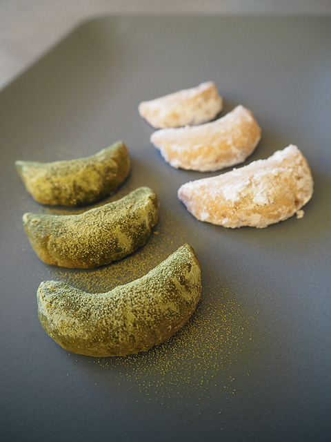 fertig gebackene zart und knusprige Matcha- und Vanille-Kipferl