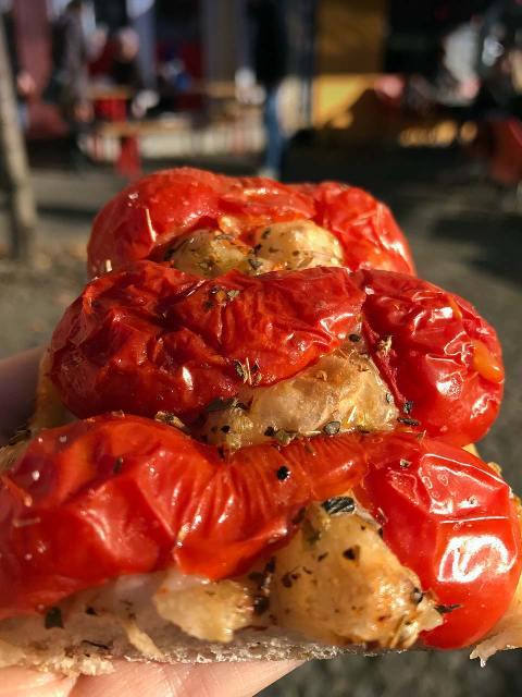 Heiße Pizza mit frischen Tomatien bei der Pizza Nostra im Prenzlauer Berg.