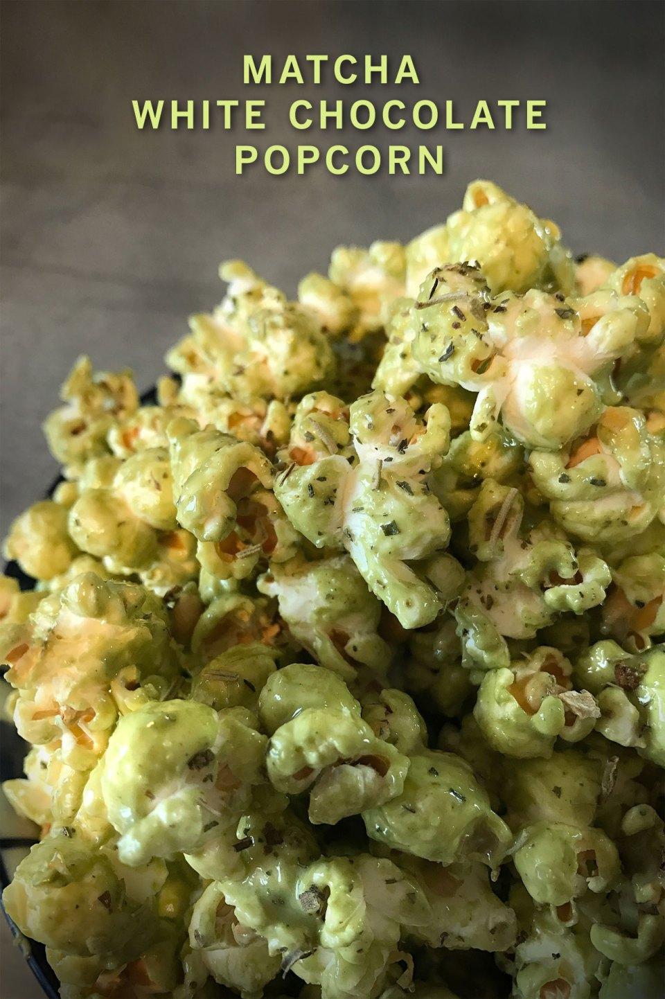 Rezept für selbstgemachtes süß-salzig-herbes Matcha White Chocolate Popcorn