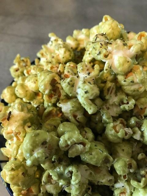 Eine Vriante des süßen Matcha Popcorns: mit etwas mehr Salz, Pfeffer und gehacktem Rosmarin.
