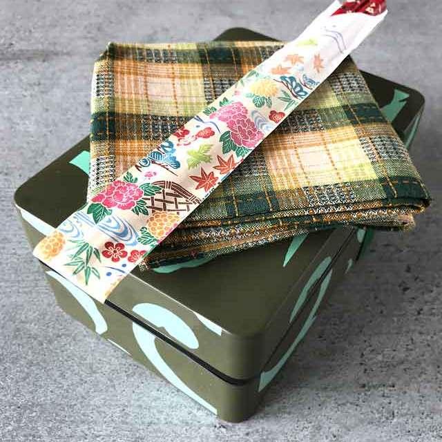Furoshiki - Anleitung zum Einpacken von Bentoboxen in Tücher: Zum einwickeln der Bentobox wird nur ein Tuch benötigt.
