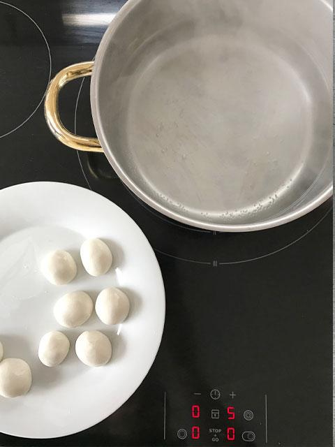 Hanami Dango: die Dango-Klöschen ins siedende Wasser geben und 2-3 Minuten köcheln.