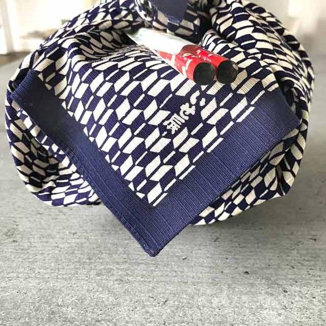 Furoshiki - Anleitung zum Einpacken von Bentoboxen in Tücher: die fertig verpackte runde Bentobox mit Stäbchen.