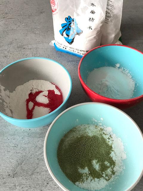 Die drei Teige werden getrennt zubereitet und gefärbt.
