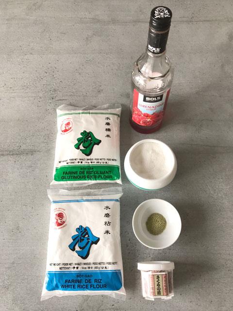 Hanami Dango werden aus zwei Sorten Reismehl, Zucker und Wasser zubereitet. Je ein Drittel des Teiges wird mit Matcha und Sirup eingefärbt.