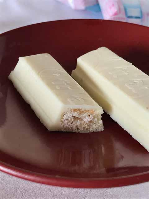 Die aufgeschnittenen KitKat Sakura-Riegel mit Sake-Geschmack.