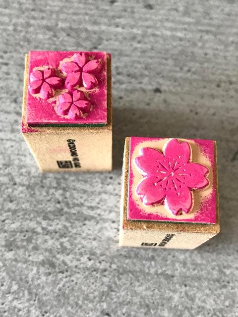 Stilisierte japanische Kirschblüten erkennt man an den Zacken in den Blütenblättern.