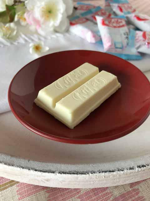 Gut gekühlt passt die Kirschblüten KitKat Schokolade be stimmt prima zum Sake.